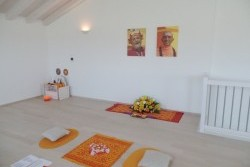 La sala durante Guru Bhakti sadhana