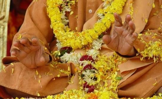 Uno può trovare l'acqua scavando per cinquanta metri in un posto, non scavando per un metro in cinquanta posti. Swami Satyananda Saraswati