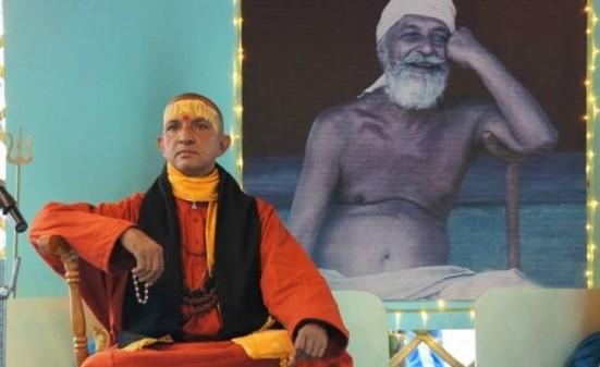 Se fallite sorridete, non aggrottate le sopracciglia, se arriva il successo ignoratelo, perché i fallimenti indicano le manchevolezze, i limiti, le incapacità. I fallimenti sono le pietre miliari sulla strada della creatività e se siete capaci di osservarli saprete a che punto siete arrivati nella strada del karma yoga. Swami Niranjanananda Saraswati